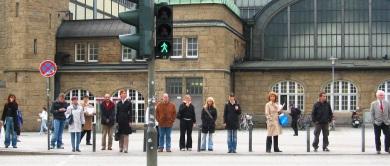 unachtsamkeit beim überqueren der fahrbahn