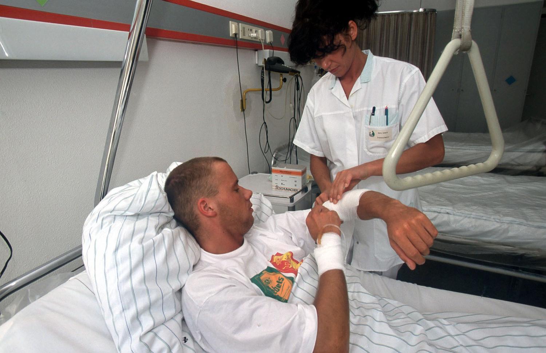 krankenschwester untersucht patienten
