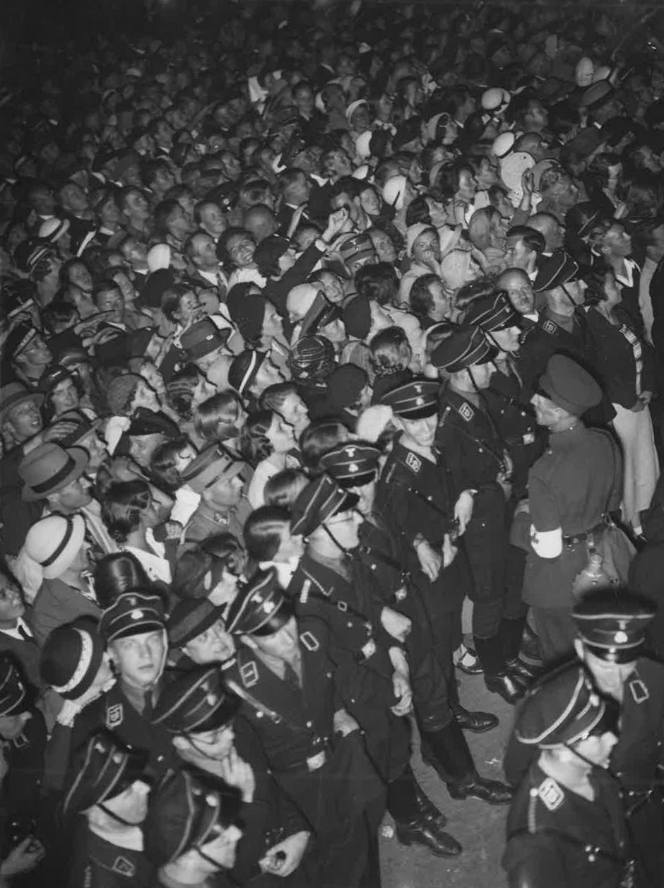 Jubelne Menge bei Besuch von Adolf Hitler