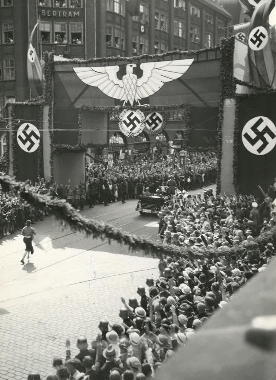 Hakenkreuzfahnen in Hamburger Straße bei Besuch Hitlers