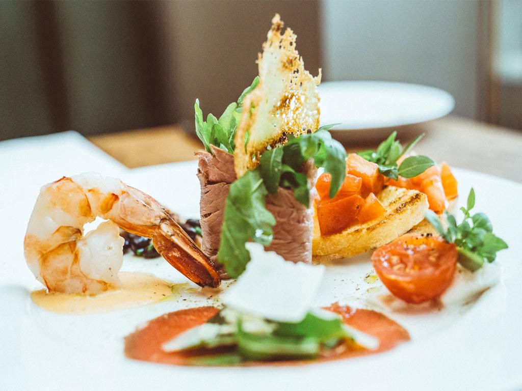 Neben den klassischen gerichten wie antipasti pasta und pizza werden täglich neue köstlichkeiten im restaurant cucina delisa serviert
