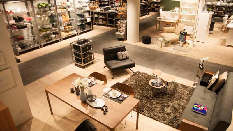 sofa an einem runden tisch cramer mobel grunes sofa auf geblumten teppich im einrichtungshaus gartner silke zander gemutliche sofaecke bolia