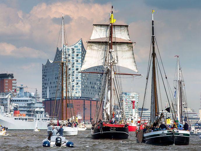 Schiffe auf der Elbe vor der Elbphilharmonie
