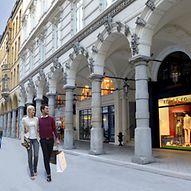 Ein junges Paar mit Einkaufstüten / Sven Schwarze