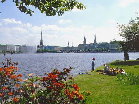 Blick von der westlichen Lombardsbrücke auf die Binnenalster und Rathaus / hamburg.de