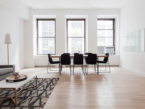 Wohnzimmerloft mit Tisch, Stühlen, Sofa und Teppich / pixabay.com/Pexels