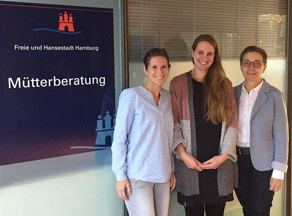 Auf dem Foto finden sich von links nach rechts namentlich folgende Personen: Sabine Mann, Familien-Kinderkrankenschwester; Frau Julia Schab, Kinderkrankenschwester; Frau Andrea Unteutsch, Ärztin im Kinder- und Jugendgesundheitsdienst