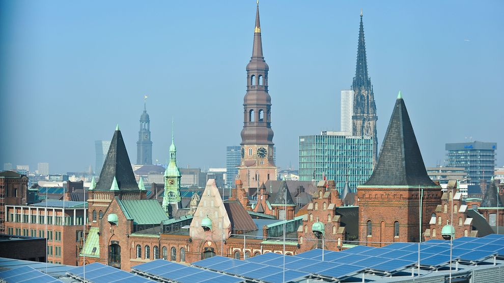 Solaranlage über den Dächern Hamburgs