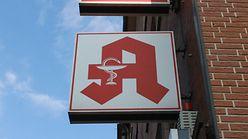 Apotheken Logo an Hauswand