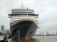 Queen Elizabeth in Hamburg am Cruise Center Altona