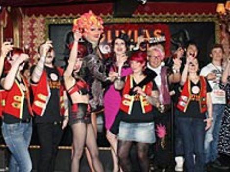 Prost – Olivia Jones und Ihr Team stoßen auf den neuen Show Club an