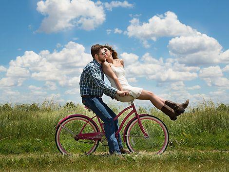 Frau und Mann radeln durch eine Landschaft / ©3194556 @pixabay