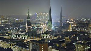 Der Blick auf Hamburg vom Michel bei Nacht / hamburg.de