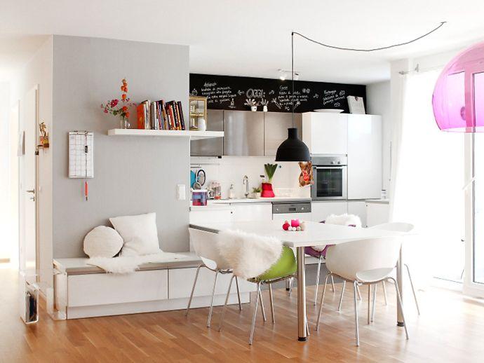 Offene Küche Mit Weißen Möbeln.