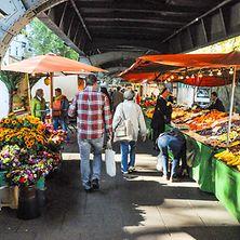 Markstände auf dem Isemarkt in Hamburg