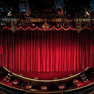 Bühne mit rotem Bühnenvorhang  / Ingo Boelter