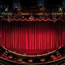 Bühne mit rotem Bühnenvorhang