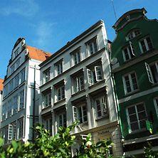 Häuserfront in der historischen Deichstraße in Hamburg