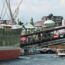 Hamburger Hafen mit historischem Schiff, Überseebrücke und Stadtkulisse