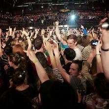 Feierndes Publikum bei einem Konzert
