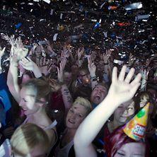 Feiernde Menschenmengen bei Konzert