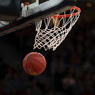 Basketballspieler bei Korbwurf  / hamburg.de