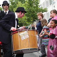 Trommler und Kinder bei einem Straßenfest  / Johannes Berg