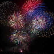 Buntes Feuerwerk am Nachthimmel  / Patrick Tiedchen (fb.com/tiedchen.photography)