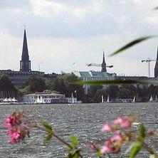 Blick auf die Außenalster vor Hamburger Kulisse mit Kirchtürmen