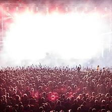 Feiernde Menschenmengen vor Konzertbühne