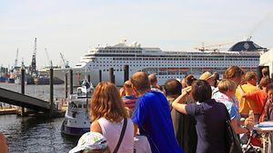 Menschen am Hafen / imago stock & people