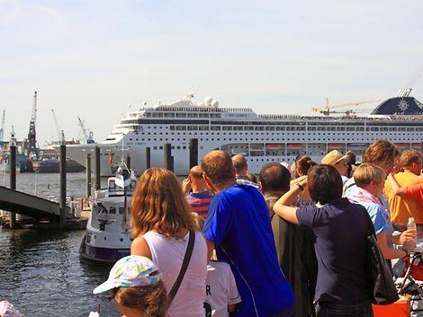 Menschen am Hafen