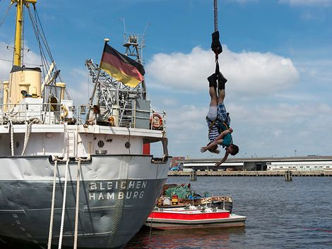 Bungee Jumping vom Hafenkran / jochen-schweizer.de/Ronald Frommann