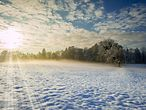 Verschneite sonnige Winterlandschaft / imago stock & people