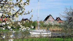 Segelboot auf der Este, im Hintergrund Fachwerkhäuser / Christoph Bellin / bildarchiv-hamburg.de
