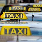 Taxis an einem Taxistand / colorbox.de