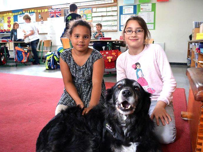 Kinder mit Klassenhund