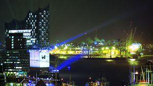 Beleuchtete Landungsbrücken am Abend / Unser Hamburg