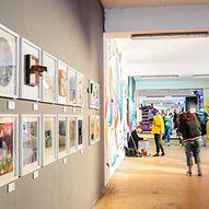 Ausstellung mit hellen Bilderrahmen an der Wand / Marek Santen