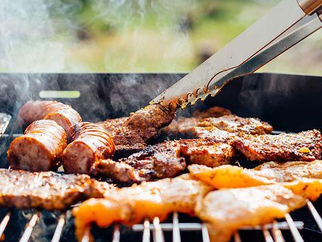 Wurst und Fleisch auf dem Grill / Pawel Kadysz / Tookapic
