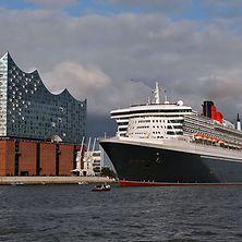 Queen Mary 2 vor Elbphilharmonie